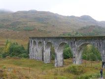 Ponte de estrada de ferro escocesa Glenfinnan com montanhas fotografia de stock royalty free