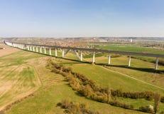 Ponte de estrada de ferro muito longa através de um vale grande imagem de stock