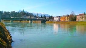 A ponte de estrada de ferro sobre o rio de Salzach, Salzburg, Áustria filme
