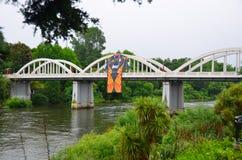 Ponte de Fairfield com jérsei do rugby, Hamilton, Waikato, Nova Zelândia foto de stock