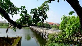 A ponte de flutuação conecta o rio dobro da cidade natal fotografia de stock royalty free