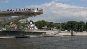 A ponte de flutuação de Zaryadye estaciona na terraplenagem de Moskvoretskaya do rio de Moskva em Moscou, Rússia Tiro de um praze filme