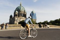 Ponte de Friedrichsbrucke e catedral de Berlim imagens de stock royalty free