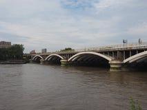 Ponte de Grosvenor sobre o rio Tamisa em Londres imagens de stock