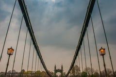 Ponte de Hammersmith sobre o rio Tamisa em Londres, Inglaterra foto de stock royalty free