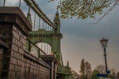 Ponte de Hammersmith sobre o rio Tamisa em Londres, Inglaterra foto de stock