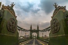 Ponte de Hammersmith sobre o rio Tamisa em Londres, Inglaterra fotos de stock royalty free