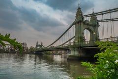 Ponte de Hammersmith sobre o rio Tamisa em Londres, Inglaterra imagens de stock