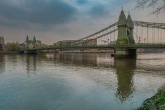 Ponte de Hammersmith sobre o rio Tamisa em Londres, Inglaterra imagem de stock royalty free