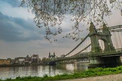 Ponte de Hammersmith sobre o rio Tamisa em Londres, Inglaterra fotografia de stock