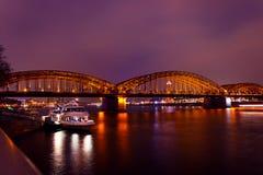 Ponte de Hohenzollern da estrada de ferro na água de Colônia, Alemanha Fotografia de Stock Royalty Free