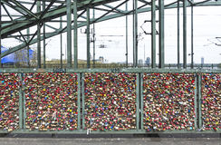 A ponte de Hohenzollern na água de Colônia com amor pessoal padlocks Imagem de Stock