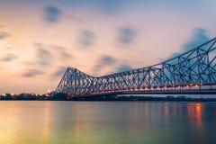 Ponte de Howrah, Kolkata no dia chuvoso foto de stock