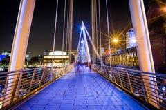 Ponte de Hungerford e ponte dourada do jubileu foto de stock royalty free