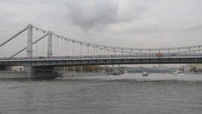 Ponte de Krymsky sobre o rio de Moscou Os navios do rio navegam sob a ponte Caminhada ao longo do rio de Moscou com passagem abai vídeos de arquivo