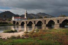 Ponte de Lima Bridge och kyrka Royaltyfri Bild