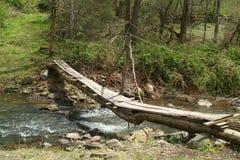 Ponte de log sobre o córrego imagem de stock royalty free