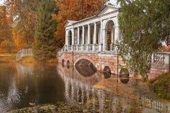 Ponte de mármore no parque em Petersburgo, Pushkin no outono Foto de Stock