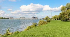 Ponte de MacArthur vista de Belle Isle imagem de stock