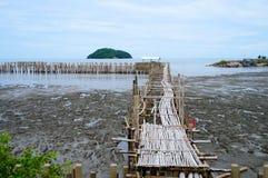 Ponte de madeira à barreira do mar e do bambu, Tailândia Fotografia de Stock