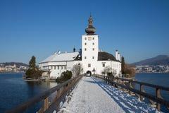 Ponte de madeira ao orth do castelo de Traunsee, Gmunden, Upper Austria, w Fotos de Stock