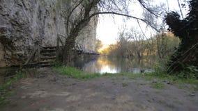 Ponte de madeira assustador e perigosa sobre um rio filme