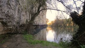 Ponte de madeira assustador e perigosa sobre um rio vídeos de arquivo