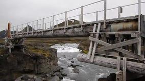 Ponte de madeira através de um rio islandês selvagem video estoque