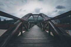 A ponte de madeira Ponte através do rio fotografia de stock