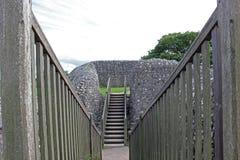 Ponte de madeira através de um fosso nas ruínas do castelo de Sarum velho, Inglaterra fotos de stock