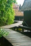 Ponte de madeira bonita através do rio Foto de Stock