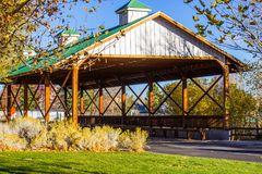 Ponte de madeira coberta na queda Fotos de Stock