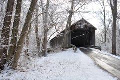 Ponte de madeira coberto de neve velha Imagem de Stock