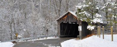 Ponte de madeira coberto de neve velha Fotografia de Stock Royalty Free