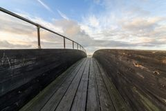 Ponte de madeira com nuvens e céu acima Fotografia de Stock Royalty Free