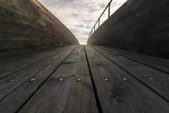 Ponte de madeira com nuvens e céu acima Fotos de Stock