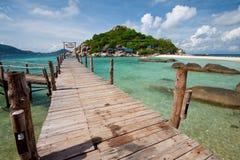 Ponte de madeira com praia e mar, Tailândia sul Imagens de Stock Royalty Free