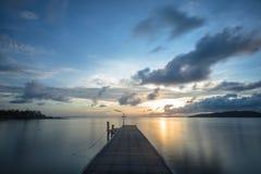 A ponte de madeira conduz ao sol foto de stock