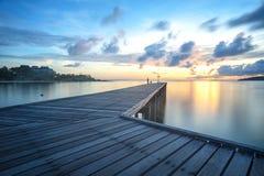 A ponte de madeira conduz ao sol imagem de stock
