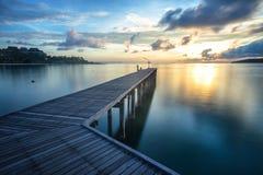 A ponte de madeira conduz ao sol fotos de stock