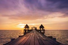 Ponte de madeira crepuscular na atração turística do templo de Djittabhawan em Pattaya Imagens de Stock