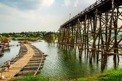 A ponte de madeira da ONG segunda-feira danificou com a ponte de madeira tempolary Foto de Stock