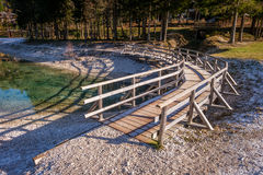 Ponte de madeira de giro com geada nas sombras Imagens de Stock Royalty Free