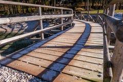 Ponte de madeira de giro com geada nas sombras Imagem de Stock Royalty Free