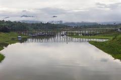 Ponte de madeira de segunda-feira em Tailândia imagens de stock