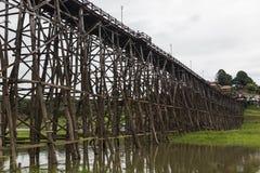Ponte de madeira de segunda-feira em Tailândia fotografia de stock