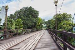 Ponte de madeira de segunda-feira em Tailândia foto de stock royalty free