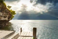 Ponte de madeira do panorama no mar no nascer do sol foto de stock