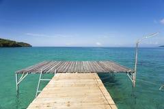 Ponte de madeira do recurso de Analay na ilha de Kood fotos de stock royalty free