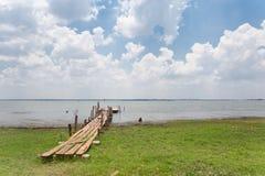 Ponte de madeira e fase para o pescador Foto de Stock